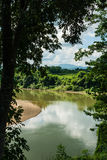 KANCHANABURI, TH - 13-ОЕ НОЯБРЯ: Река Kwai увиденный от поезда Линия железнодорожная Вторая Мировая Война место была записана в м Стоковые Фото