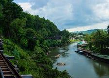 KANCHANABURI, TH - 13-ОЕ НОЯБРЯ: Река Kwai увиденный от поезда Линия железнодорожная Вторая Мировая Война место была записана в м Стоковая Фотография RF