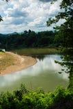 KANCHANABURI, TH - 13-ОЕ НОЯБРЯ: Река Kwai увиденный от поезда Линия железнодорожная Вторая Мировая Война место была записана в м Стоковые Изображения RF