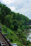 KANCHANABURI, TH - 13-ОЕ НОЯБРЯ: Река Kwai увиденный от поезда Линия железнодорожная Вторая Мировая Война место была записана в м Стоковая Фотография