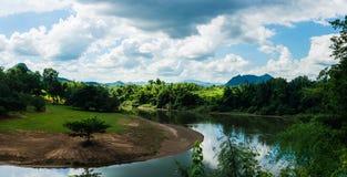 KANCHANABURI, TH - 13 DE NOVEMBRO: O rio Kwai quando visto do trem A linha guerra mundial Railway 2 o lugar foi gravada no mundo Fotografia de Stock Royalty Free