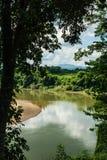 KANCHANABURI, TH - 13 DE NOVIEMBRE: El río Kwai cuando está visto del tren La línea guerra mundial ferroviaria 2 el lugar fue reg Fotos de archivo