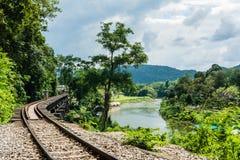 KANCHANABURI, TH - 13 NOVEMBER: De Rivier Kwai wanneer gezien van de trein Wereldoorlog 2 werd van de lijnspoorweg de plaats gere Royalty-vrije Stock Foto's