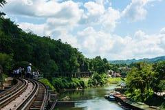 KANCHANABURI TH - NOVEMBER 13: Linjen järnväg världskrig 2 stället antecknades i världshistoria November 13, 2016 i Kanchanabur Arkivbild