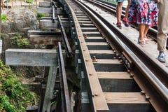 KANCHANABURI TH - NOVEMBER 13: Linjen järnväg världskrig 2 stället antecknades i världshistoria November 13, 2016 i Kanchanabur Fotografering för Bildbyråer