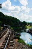 KANCHANABURI, TH - 13 NOVEMBER: Wereldoorlog 2 werd van de lijnspoorweg de plaats geregistreerd in wereldgeschiedenis 13 november Stock Foto's