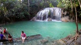 KANCHANABURI THAÏLANDE : 7 JANVIER 2018 : Cascade d'Erawan, parc national d'Erawan dans Kanchanaburi, Thaïlande banque de vidéos