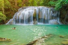 KANCHANABURI THA?LANDE - 16 NOVEMBRE : Beaucoup de touristes se tiennent la cascade et en prenant une douche ? la cascade en nove images stock