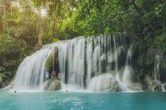 KANCHANABURI THA?LANDE - 16 NOVEMBRE : Beaucoup de touristes se tiennent la cascade et en prenant une douche ? la cascade en nove photographie stock libre de droits