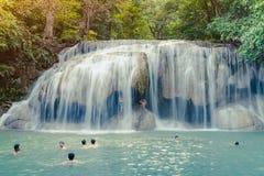 KANCHANABURI THA?LANDE - 16 NOVEMBRE : Beaucoup de touristes se tiennent la cascade et en prenant une douche ? la cascade en nove image stock