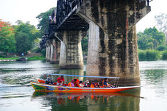 KANCHANABURI, THAILAND - APRIL 14.2016; De rit van de toeristenboot aan de natuurlijke schoonheid, de rivier Kwai Stock Foto