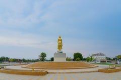 KANCHANABURI THAILAND - APRIL 5: Guld- statyer f?r en Buddha som lokaliseras p? den Mae Klong f?rd?mningen p? April 5,2019 arkivfoton