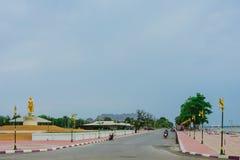 KANCHANABURI THAILAND - APRIL 5: Standbeelden van de Gouden die Boedha op Mae Klong-dam op 5,2019 worden gevestigd April royalty-vrije stock foto