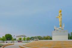 KANCHANABURI THAILAND - APRIL 5: Standbeelden van de Gouden die Boedha op Mae Klong-dam op 5,2019 worden gevestigd April royalty-vrije stock foto's