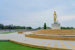 KANCHANABURI THAILAND - APRIL 5: Standbeelden van de Gouden die Boedha op Mae Klong-dam op 5,2019 worden gevestigd April stock fotografie