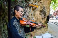 Kanchanaburi Thailand - December 25,2516: Asiatisk musikervioli Fotografering för Bildbyråer
