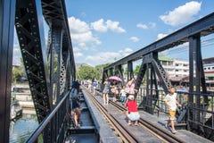 KANCHANABURI THAILAND - DECEMBER 12: Bron över floden Kwai med turister på den i staden av Kanchanaburi, Thailand Royaltyfri Bild
