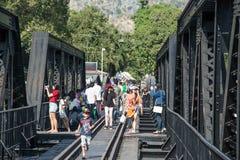 KANCHANABURI THAILAND - DECEMBER 12: Bron över floden Kwai med turister på den i staden av Kanchanaburi, Thailand Arkivbild
