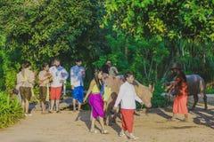 KANCHANABURI, 10 THAILAND-DECEMBER: Niet geïdentificeerde toeristen in Tha royalty-vrije stock afbeeldingen