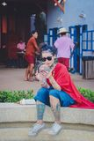 KANCHANABURI THAILAND - DECEMBER 10: Oidentifierad turist- väntan royaltyfri foto