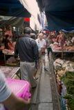 KANCHANABURI THAILAND - FEBRUARI 2014: Drevbortgång till och med hopfällbar paraplymarknad Royaltyfri Bild