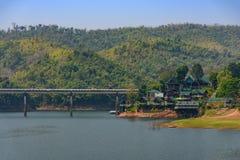 Kanchanaburi, Thailand - Februari 19, 2018: Grote die brug wordt gemaakt van stock fotografie