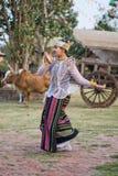 KANCHANABURI, THAILAND - FEBRUARI 20 2017: Jonge mens het presteren Royalty-vrije Stock Fotografie