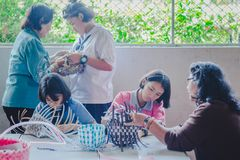 KANCHANABURI THAILAND - FEBRUARI 21: Niet geïdentificeerde Lokale instruc royalty-vrije stock fotografie