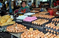 Kanchanaburi, Thailand: Frau, die Eier verkauft Lizenzfreies Stockbild