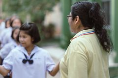 KANCHANABURI THAILAND - JULI 26: Den oidentifierade läraren och studenter deltog för buddisten Lent Day i buddistisk kultur på royaltyfri foto