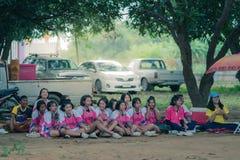 KANCHANABURI THAILAND - 19. JULI: Nicht identifizierte Studenten und Tee lizenzfreie stockbilder