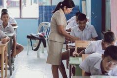 KANCHANABURI THAILAND - JULI 16: Oidentifierad bra läraregiv arkivfoto