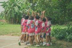 KANCHANABURI THAILAND - JULI 18: Oidentifierade kvinnliga studenter arkivbild