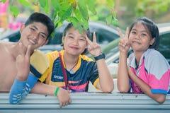 KANCHANABURI THAILAND - JULI 25: Oidentifierade studenter kopplar av a royaltyfri fotografi