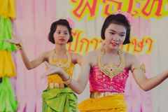 KANCHANABURI THAILAND - JUNI 14: De niet geïdentificeerde studenten presteren Royalty-vrije Stock Afbeelding