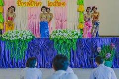 KANCHANABURI THAILAND - JUNI 14: De niet geïdentificeerde studenten presteren Stock Afbeeldingen