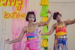 KANCHANABURI THAILAND - JUNI 14: De niet geïdentificeerde studenten presteren Royalty-vrije Stock Afbeeldingen