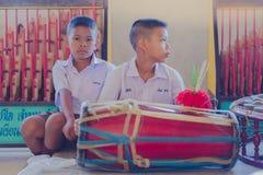 KANCHANABURI THAILAND - JUNI 14: De niet geïdentificeerde studenten spelen Tha Stock Foto