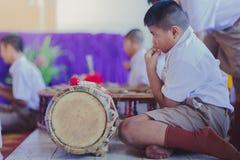 KANCHANABURI THAILAND - JUNI 14: De niet geïdentificeerde studenten spelen Tha Stock Afbeelding