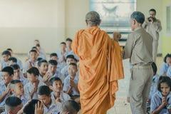 KANCHANABURI THAILAND - JUNI 14: Oidentifierade lärare och dubb fotografering för bildbyråer