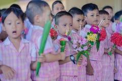 KANCHANABURI THAILAND - JUNI 14: Oidentifierade studenter dekorerar Royaltyfri Fotografi