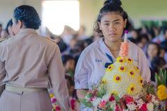 KANCHANABURI THAILAND - JUNI 14: Oidentifierade studenter dekorerar Arkivfoto