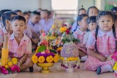 KANCHANABURI THAILAND - JUNI 14: Oidentifierade studenter dekorerar Fotografering för Bildbyråer