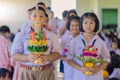 KANCHANABURI THAILAND - JUNI 14: Oidentifierade studenter dekorerar Arkivbild