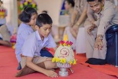 KANCHANABURI THAILAND - JUNI 14: Oidentifierade studenter dekorerar Royaltyfria Foton