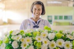 KANCHANABURI THAILAND - JUNI 14: Oidentifierade studenter dekorerar Royaltyfri Foto