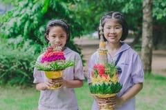KANCHANABURI THAILAND - JUNI 14: Oidentifierade studenter dekorerar Arkivfoton