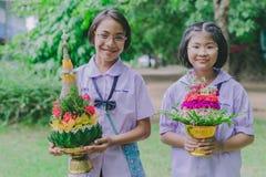 KANCHANABURI THAILAND - JUNI 14: Oidentifierade studenter dekorerar Arkivbilder