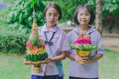 KANCHANABURI THAILAND - JUNI 14: Oidentifierade studenter dekorerar Royaltyfri Bild