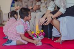 KANCHANABURI THAILAND - JUNI 14: Oidentifierade studenter dekorerar Royaltyfria Bilder
